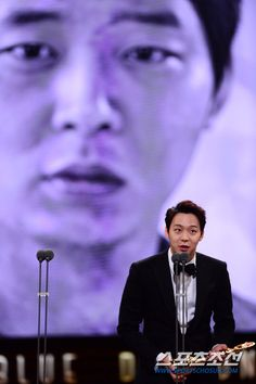 [PRESS PICS] Park Yuchun awarded Best Male Newcomer Award at 35th Blue Dragon Award