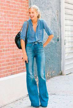 Para um looks anos 70 você também pode adicionar uma calça flare à composição com camisa jeans.