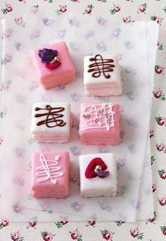 Mit einem Haps sind sie im Mund: Petit Fours Hier geht's zum Rezept: http://www.gofeminin.de/kochideen/petit-fours-d55682c630160.html #petitfours #cakes #cakelovers