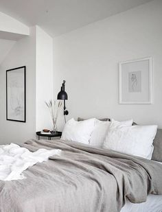 Neutral bedroom with a balcony view Neutrales Schlafzimmer mit Balkonblick - via Coco Lapine Design