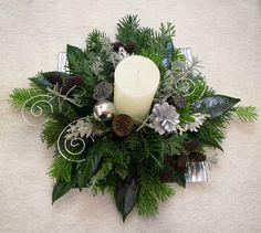 Jön a karácsony és még nem tudod mit ajándékozz a nagyinak, nagynénidnek, unokatesódnak?   Egy szép karácsonyi asztaldísz vagy ajtódísz biz...