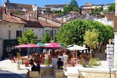 Place Ludovic Trarieux à Aubeterre sur Dronne. Un super moment de détente dans un cadre typique.