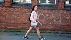 Różowa kurtka bomberka, szara bluza i asymetryczna spódnica - stylizacja
