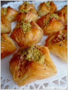 Syrian Chamia or Baklawa At the edge of sweets Algerian Recipes, Lebanese Recipes, Arabic Dessert, Arabic Food, Wine Recipes, Dessert Recipes, Cooking Recipes, Burfi Recipe, Biscuit Bread