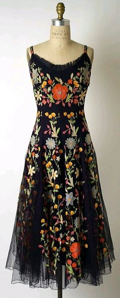 Hattie Carnegie cocktail dress via The Costume Institute of the Metropolitan Museum of Art. not my style but vary pretty 1940s Fashion, Look Fashion, Vintage Fashion, Womens Fashion, Club Fashion, Fashion Skirts, Bohemian Fashion, Vintage Beauty, Dress Fashion