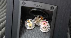 Maličké, ale příjemné reprosoustavy pro milovníky výrazných výšek. Více na http://www.hifi-voice.com/testy-a-recenze/reprososutavy-regalove/1633-dali-ikon-1-mk2.html