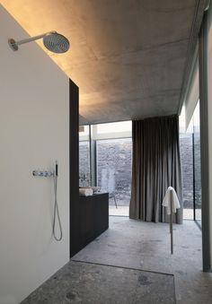 Walk in shower. Notarishuys by Govaert & Vanhoutte. ar`chitects. Photo by Martine Neirynck.