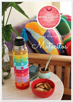 Tiempo de Compartir unos Matecitos! :mamaQuilla: >> Tramas Sensibles Diseñado y Realizado a mano por Julia Mackeprang Crochet Girls, Crochet Yarn, Knitting Yarn, Hand Knitting, Crochet Coffee Cozy, Crochet Decoration, Crochet Kitchen, Hot Pads, Chrochet