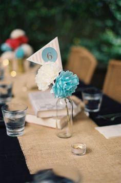Decoração de mesas para casamento: cores e tendências | Arranjo floral fofo com número em azul Tiffany - Loren Routhier Photography