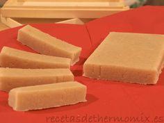 El turrón de nieve se diferencia del turrón de Jijona en que utiliza almendras crudas en lugar de tostadas, de ese modo se obtiene el color blanco característico de este dulce de navidad.