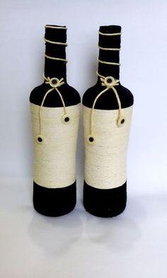 Garrafa grande, decorada com barbante e botões, Ideal para decoração de mesas, festas, sala, aparadores e racks. Ou ser oferecida como um lindo presente decorativo. Yarn Bottles, Reuse Bottles, Empty Wine Bottles, Glass Bottles, Bottles And Jars, Wine Bottle Gift, Glass Bottle Crafts, Diy Bottle, Bottle Art