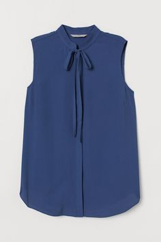 Sleeveless blouse in a crêpe weave with a stand-up collar, ties at the front, a yoke with a pleat at the back, and a rounded hem. Modest Fashion, Girl Fashion, Fashion Outfits, Fashion News, Blouse H&m, Sleeveless Blouse, Dress Shirts For Women, Blouses For Women, Lace Dress Styles