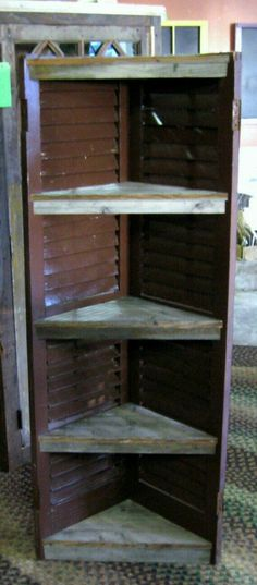 DIY corner shelf made with old shutters - A lot of display space, yet takes up very little room. Furniture Projects, Home Projects, Diy Furniture, Shutter Shelf, Shutter Table, Shutter Projects, Pallet Projects, Old Shutters, Outdoor Shutters