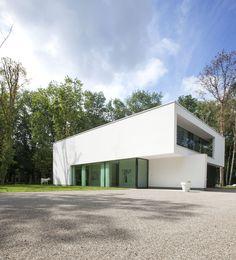 Een modern wit huis met zwarte aluminium kozijnen. ©Philippe Van Gelooven