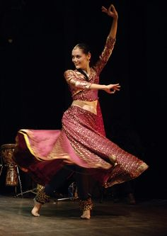 Kathak involves the art of storytelling in the form of a dance it is one of the classical dance forms of India. Dance India Dance, Folk Dance, Dance Art, Ballet Dance, Dance Images, Dance Pictures, Isadora Duncan, Shall We Dance, Just Dance