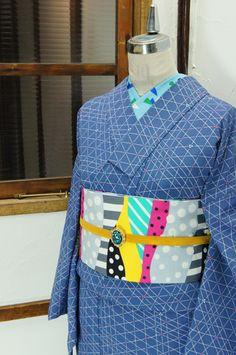 グレーをおびたブルーの地に、六芒星が浮かび上がる幾何学格子がデザインされたモダンな単着物です。 #kimono