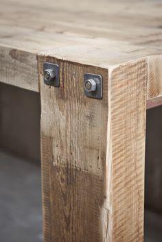 tafels gemaakt van 100 jaar oude balken bij Jan van IJken Oude Bouwmaterialen Eemnes www.oudebouwmaterialen.nl