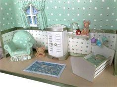 Lindo quadro para porta de maternidade, que depois compõe a decoração do quarto de seu filho! O cenário é composto por janela, berço com móbile de origami, tapete, prateleira, urso, poltrona e armário. Totalmente pintado à mão com bom gosto e criatividade.  Pode ser produzido em outras cores, como azul, rosa, lilás e amarelo.  O nome da criança pode ser escrito em uma plaquinha, presa na parede do cenário. R$ 95,00
