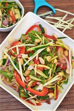 Thai green mango salad (Som Tum Mamuang) is a delicious and healthy salad. This salad has an interesting balance of salty, spicy, sweet and sour dressing. The main ingredient is green Mango (unripe mango). Apple Salad Recipes, Fresh Salad Recipes, Healthy Salad Recipes, Vegetarian Recipes, Snack Recipes, Dessert Recipes, Cooking Recipes, Thai Mango Salad, Gourmet
