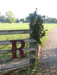 Gate decoration for the driveway to the farm! Farm Gate, Farm Fence, Pallet Fence, Pool Fence, The Farm, Driveway Landscaping, Driveway Ideas, Driveway Gate, Fence Ideas
