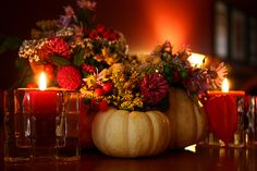 20 Fall Decorating Ideas, Expert Tips for Making Halloween Decorations and Thanksgiving Centerpieces Thanksgiving Centerpieces, Thanksgiving Table, Thanksgiving Flowers, Thanksgiving Pictures, Vintage Thanksgiving, Fall Table, Thanksgiving Recipes, Thanksgiving Drawings, Autumn Centerpieces