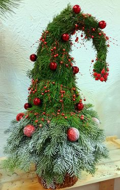 Cool and trendy DIY ideas to decorate Christmas with laddersIn many cases we shared ideas for decorating with stairs. This time we are going to make some suggestions for Christmas decorations with this kind . Grinch Christmas Tree, Christmas Pine Cones, Magical Christmas, Outdoor Christmas, Country Christmas, Christmas Tree Decorations, Christmas Holidays, Christmas Wreaths, Christmas Ornaments