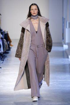 The complete Agnona Fall 2018 Ready-to-Wear fashion show now on Vogue Runway. Women's Runway Fashion, Fashion News, Coats 2018, Vogue Russia, Fashion Show Collection, Minimal Fashion, Fall 2018, Fashion Forward, Ready To Wear