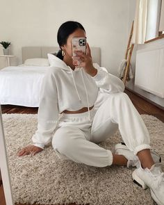 Cute Lazy Outfits, Chill Outfits, Sporty Outfits, Stylish Outfits, Fashion Outfits, Hoodie Outfit Casual, White Tracksuit, Tracksuit Bottoms, Jogging Outfit