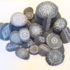 Check out my new gift packages on amyrosebudd.etsy.com (link in my profile) #handpaintedrocks #handpaintedstones #paintedrocks #paintedstones #henna #hennarocks #hennastones #rocks #stones #rockart #stoneart #pebbles #paisley #paisleyrocks #beachstones #personalisedgift #etsy #mandala #mandalarocks #mandalastones #henna #amyrosebudd #beachpebbles #beautiful_stones