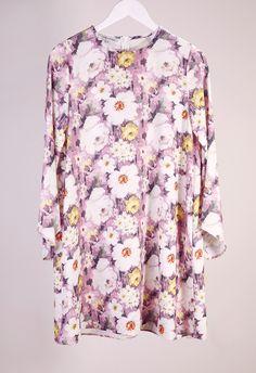 Φλοράλ φόρεμα Milkwhite Model DS16-017 Φόρεμα από την Milkwhite Φλοράλ φόρεμα Κλείσιμο με φερμουάρ Ίσια άνετη γραμμή 62,30 €