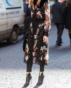 Olivia Palermo wearing a dress with floral print outside Erdem on day 4 of the London Fashion Week February 2017 collections on February 20 2017 in. London Fashion Weeks, Dress Over Jeans, Dresses With Leggings, Looks Street Style, Casual Street Style, Fashion Mode, Look Fashion, Fashion Outfits, Fashion Trends