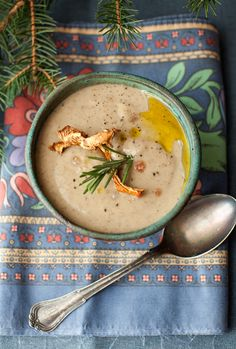 Adapted from Williams-Sonoma Ingredients: 6 cups chicken stock 2 oz. dried chanterelle or porcini mushrooms 4 Tbs. baby portabella or white but… Creamy Mushroom Soup, Creamy Mushrooms, Stuffed Mushrooms, Porcini Mushrooms, Mushroom Chicken, Soup Recipes, Vegetarian Recipes, Cooking Recipes, Sopa Detox