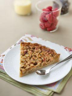 Tarte à la rhubarbe : - 1 pâte brisée - 500 g de rhubarbe - 2 oeufs - 125 g de crème fraîche - 120 à 150 g de sucre