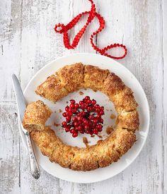 PLUS Supermarkt - Heerlijk krans van roomboter korstdeeg gevuld met amandelspijs en kersenstukjes. Bekijk de rest van het kerstassortiment in ons kerstmagazine