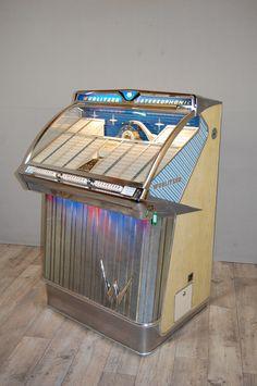 Jukebox Wurlitzer Modell 2300-VJ095 Vintage Theme, Vintage Box, Vintage Music, Retro Vintage, Antique Record Player, Bar, Juke Box, 1950s Decor, Wonderful Machine