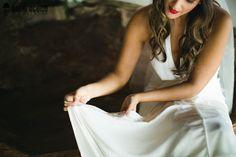 Noiva - Bride - Casamento - Wedding - Making of - Vestido de noiva - Barra do vestido - Nome das amigas solteiras - Tradição - Batom vermelho - Martu - Búzios - Rio de Janeiro - RJ - Brasil - Brazil - Raoní Aguiar Fotografia