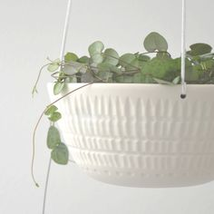 Hanging planter made of porcelain with facet decoration at the outside.