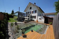 Una familia construyó por sus propios medios una piscina natural en el patio de su casa