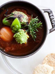 豚バラ肉をバルサミコ酢と赤ワインでやわらかく煮たあったかシチュー。酸味と甘みのバランスが絶妙だ。好みの野菜で彩りを添えて、パンと一緒に召し上がれ!|『ELLE a table』はおしゃれで簡単なレシピが満載!