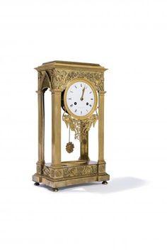 Pendule portique en bronze ciselé et doré en forme de temple à pilastres doriques. [...], Collections & Successions à Millon et Associés Paris | Auction.fr