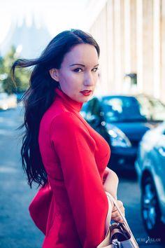 Fashionblogger Berlin - elegant und luxuriös vor dem Tempodrom - Samsung Gear Technik Event - Rotes Minikleid Fledermausärmel - Hugo Boss Tasche - Christian Louboutin Pumps - Modeblog aus Berlin