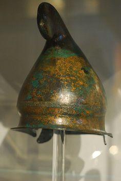 Thracian Helmet, 4th C. BC Фригийский шлем без височных пластин, IVв. до н.э. Этот экземпляр обнаружен в Эпире, но такие же шлемы изображены на саркофаге Александра. Обратите внимание на украшение на гребне и трубчатый держатель плюмажа.
