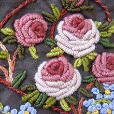 English roses y nomeolvides... detalle. Bordado a mano. Taller de Bordado Rococó, Santiago de Chile. #tallerrococo #chile #bordar #bordado #bordadoamano #bordadoenrealce #EnglishRose #forgetmenot #rosas #nomeolvides #dmc #nature #flowers #flores #beauty