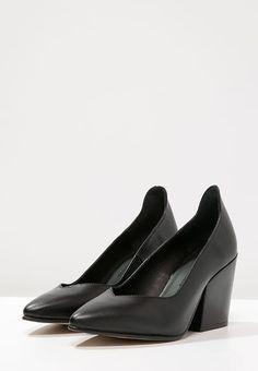 809d356364 71 fantastiche immagini su Shooooes | Black, Heels e Shoes