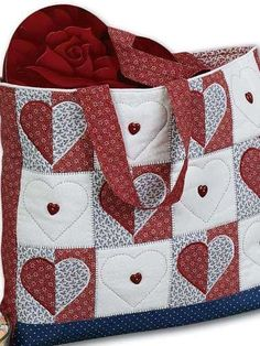 Free Quilting Patterns for Totes, Bags & Purses - Heart Tote Bag Quilting Pattern - Free Quilted Bag Pattern Quilted Tote Bags, Patchwork Bags, Patchwork Pillow, Beginner Quilt Patterns, Quilt Patterns Free, Quilted Purse Patterns, Patchwork Patterns, Bag Patterns, Quilting Projects