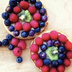Waffle Fruit Pizza:Nutrigrain Eggo Waffles smothered with a thin layer of yogurt topped with fresh fruit and berries. Breakfast Pizza, Best Breakfast, Breakfast Recipes, Breakfast Ideas, Waffle Recipes, Snack Recipes, Snacks, Pizza Recipes, Brunch Recipes