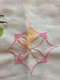 Broderie Bargello, Bargello Needlepoint, Needlepoint Stitches, Crochet Stitches, Hardanger Embroidery, Hand Embroidery Stitches, Embroidery Applique, Cross Stitch Borders, Cross Stitch Patterns