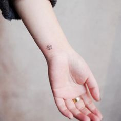 tiny discreet tattoos for people who love minimalism by witty button simple couples tattoos Mini Tattoos, Diskrete Tattoos, Clover Tattoos, Paar Tattoos, Little Tattoos, Small Tattoos, Four Leaf Clover Tattoo, Small Forearm Tattoos, Bodysuit Tattoos