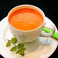 Een romige soep van geroosterde paprika's, tomaten, een teentje knoflook, verse kruiden en pimentón (Spaans gerookte paprikapoeder). Heerlijk als voorgerecht of (in een koffiekopje of glaasje) als amuse! Tapas, Tea Cups, Soup, Menu, Tableware, Ethnic Recipes, Red Peppers, Menu Board Design, Dinnerware
