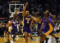 Guarda Lakers Derek Fisher comemora com companheiros de equipe depois que ele bateu o tiro jogo-winning como o tempo expirou para bater os Spurs no jogo 5 das semifinais da Conferência Oeste em 13 de maio de 2004. Foto: Kin Man Hui / San Antonio Express-News / SAN ANTONIO Express-News